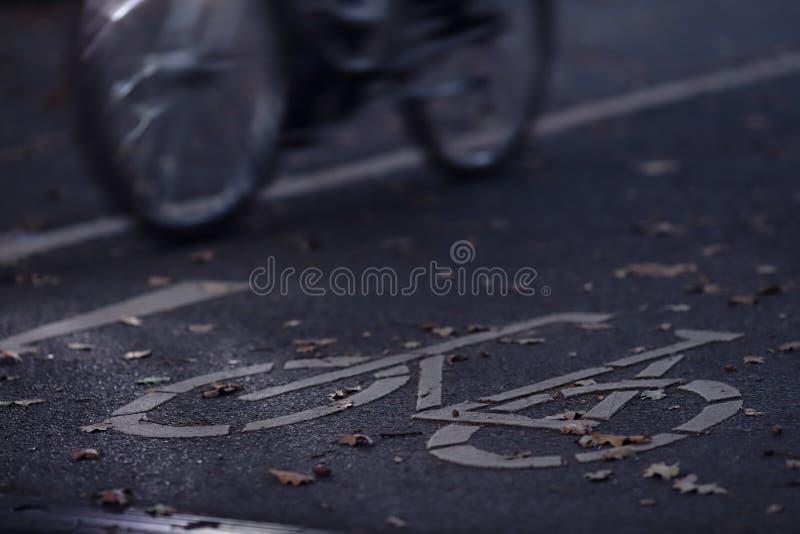 Chemin de cycle dans l'aube de début de la matinée avec la bicyclette et l'éclairage differntiated à l'arrière-plan - concept de  photographie stock