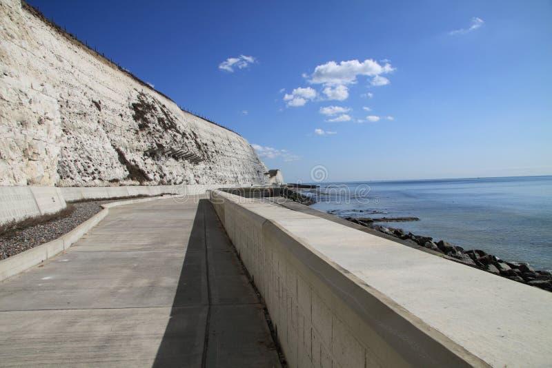 Chemin de cycle par la mer photos stock