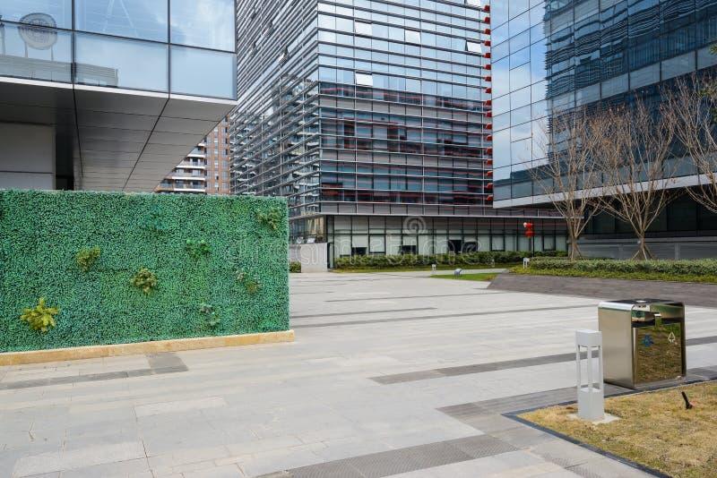 Chemin de dalle avant des bâtiments avec les façades en verre images stock