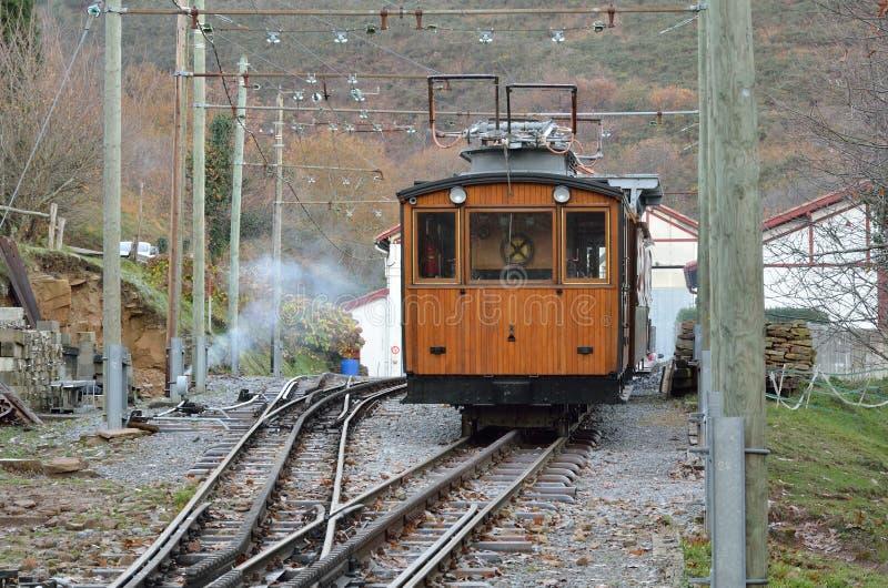 Chemin de fer électrique de support dans la montagne photographie stock