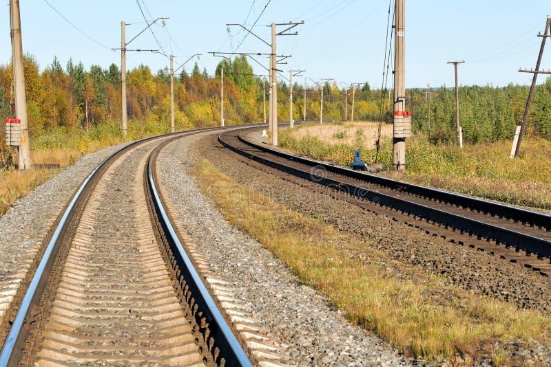Chemin de fer dans la forêt d'automne image stock