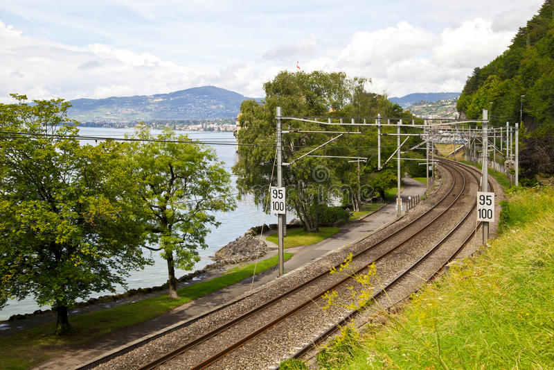 Chemin de fer dans le littoral du lac Leman photographie stock
