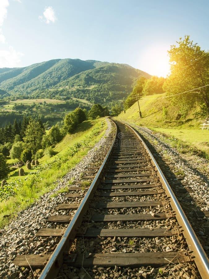 Download Chemin De Fer Dans Les Montagnes Image stock - Image du transport, route: 56478909