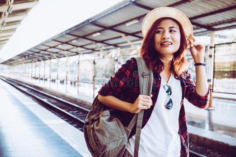 Chemin de fer de attente de port de sac à dos de voyageuse de jeune femme à la station de train image libre de droits