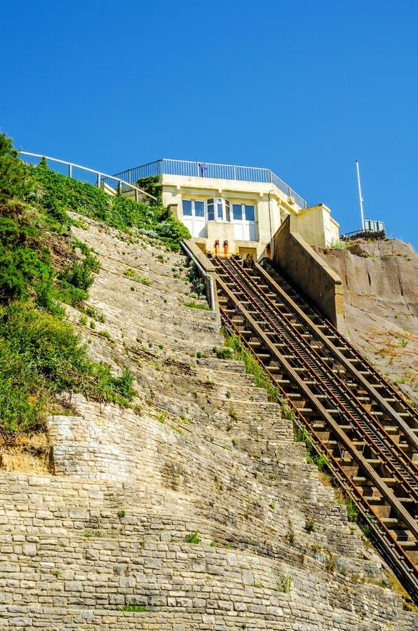 Chemin de fer de falaise, chemin de fer funiculaire d'ascenseur de câble, dans le vill de bord de la mer photos libres de droits
