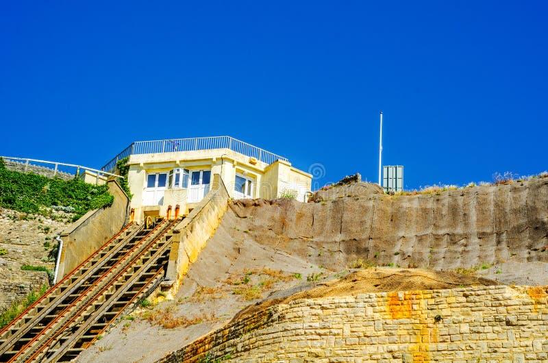 Chemin de fer de falaise, chemin de fer funiculaire d'ascenseur de câble, dans le vill de bord de la mer photographie stock