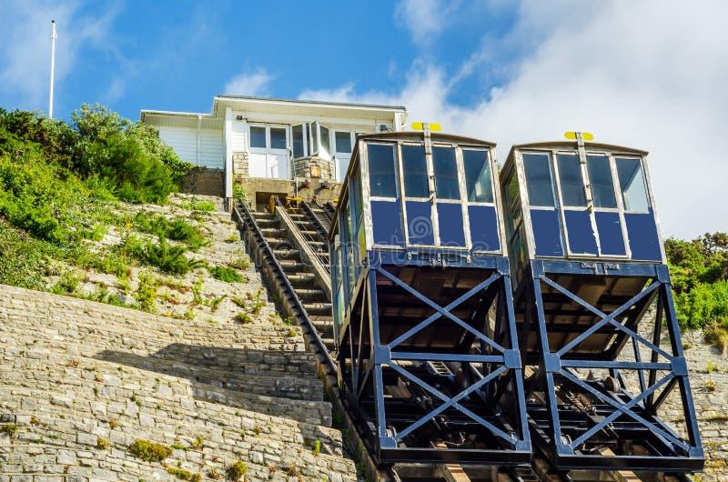 Chemin de fer de falaise, chemin de fer funiculaire d'ascenseur de câble, dans le vill de bord de la mer images libres de droits