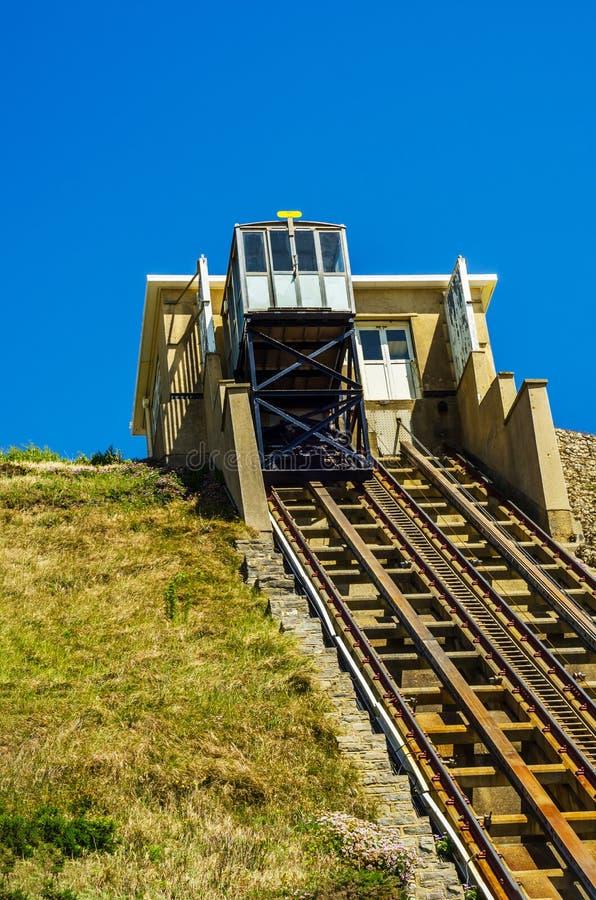 Chemin de fer de falaise, chemin de fer funiculaire d'ascenseur de câble, dans le vill de bord de la mer image libre de droits