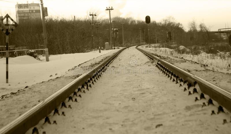 Chemin de fer en hiver sous la neige Aucun train image libre de droits