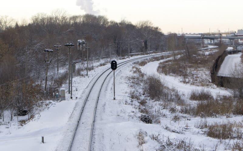 Chemin de fer en hiver sous la neige Aucun train images libres de droits