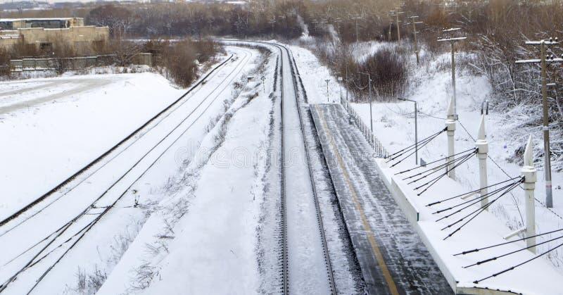 Chemin de fer en hiver sous la neige Aucun train photographie stock