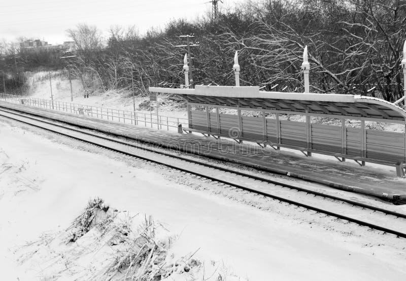 Chemin de fer en hiver sous la neige Aucun train photo libre de droits