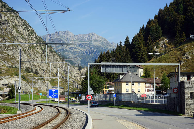 Chemin de fer et route image stock