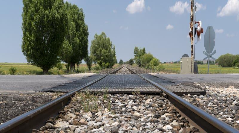 Chemin de fer local avec le croisement de route goudronnée dans une campagne, Afyonkarahisar, Turquie image stock