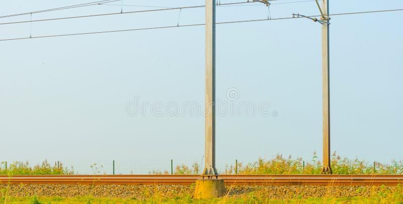 Chemin de fer par la lumière du soleil de nature image stock