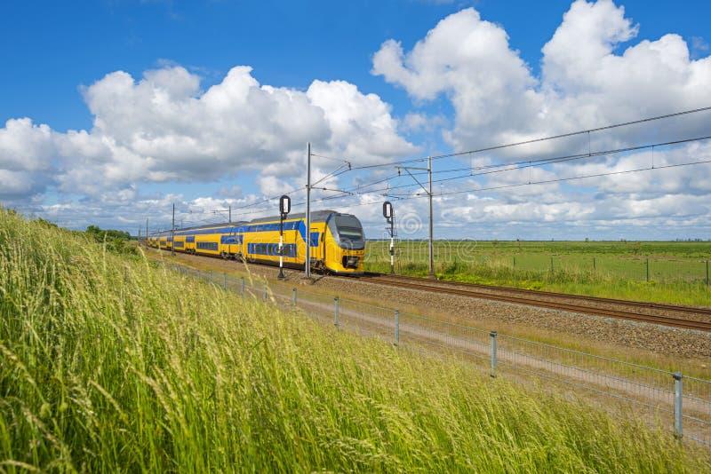 Chemin de fer par la nature en été photos stock