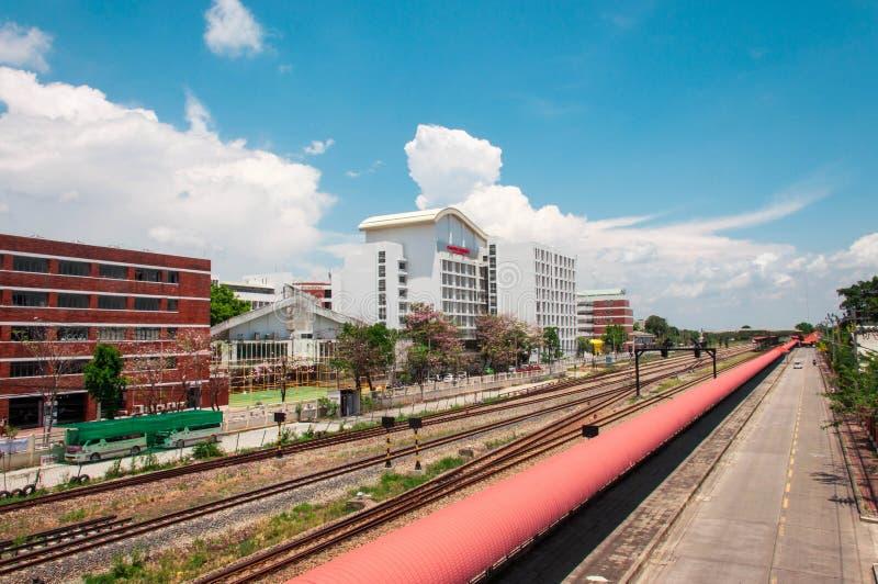 Chemin de fer près du bâtiment avec le ciel bleu photos libres de droits