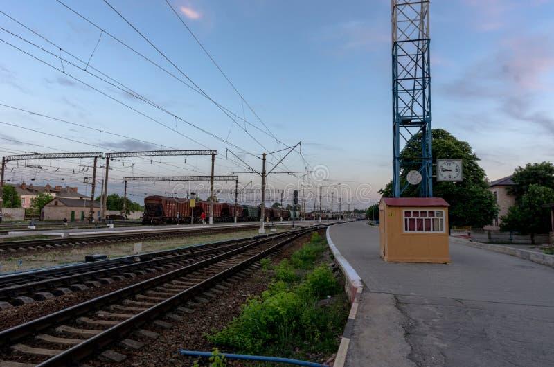Chemin de fer Rails et dormeurs Train Horloge de vintage à la station photographie stock libre de droits