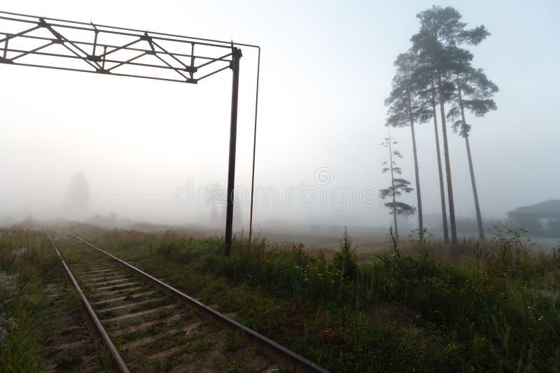 Chemin de fer sombre dans le brouillard images libres de droits