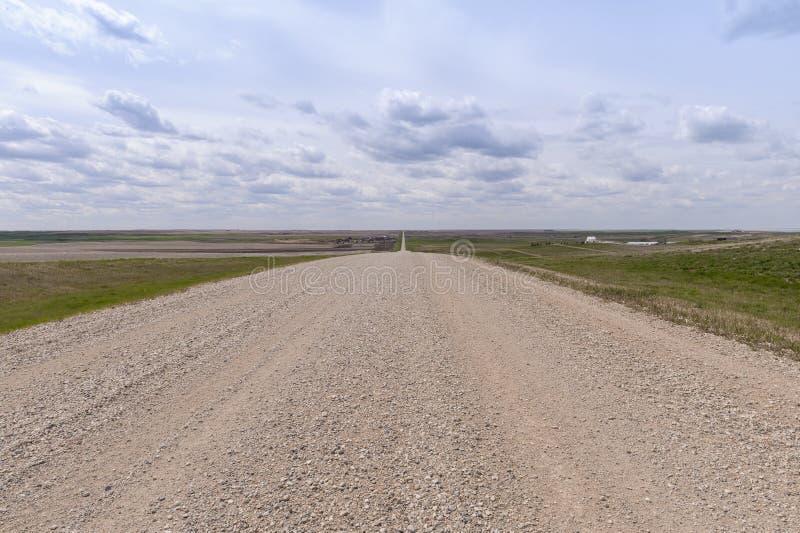 Chemin de gravier dans les prairies canadiennes photographie stock