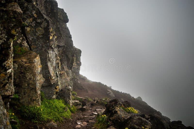Chemin de hausse nuageux sur le dessus du bâti Esja, Islande photos stock