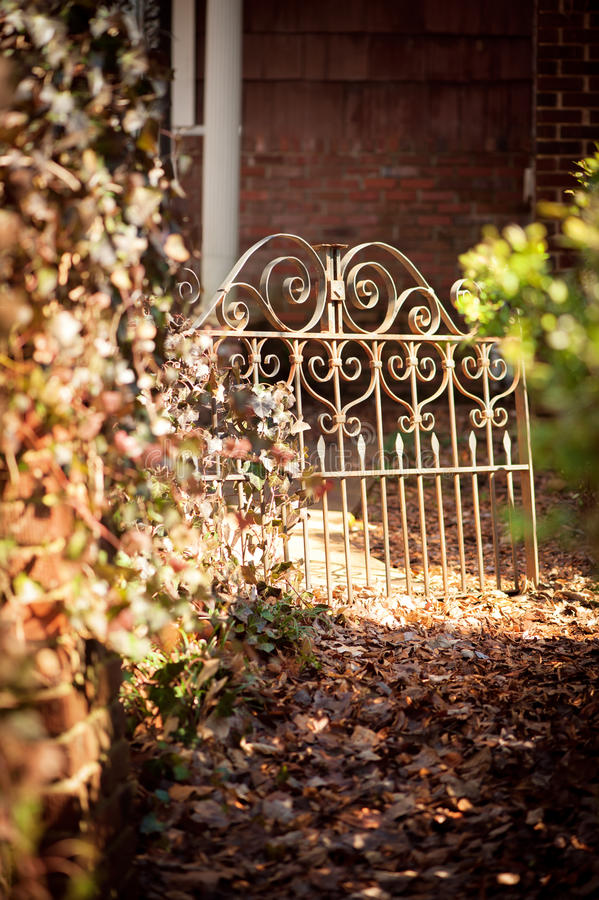 Chemin de jardin menant pour repasser la porte image stock