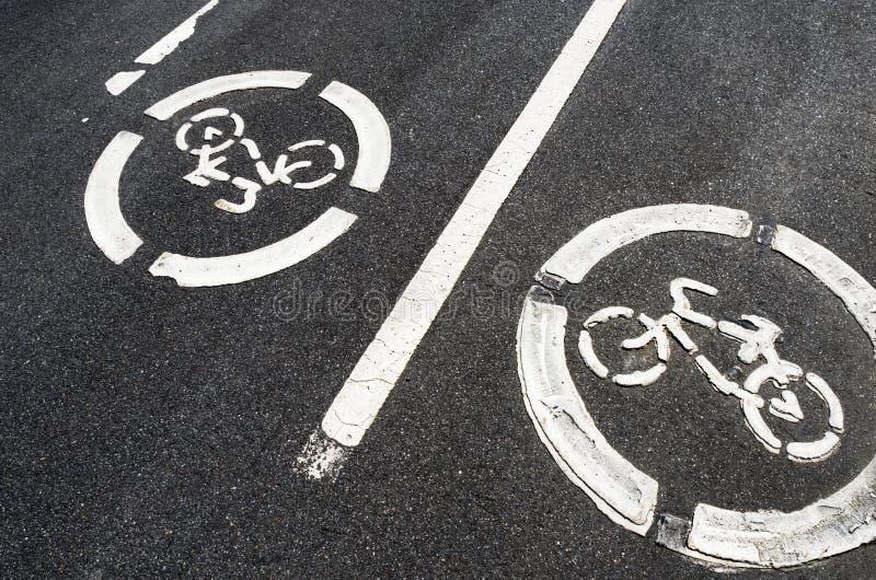 """Chemin de la bicyclette de deux panneaux routiers """"sur l'asphalte photo stock"""