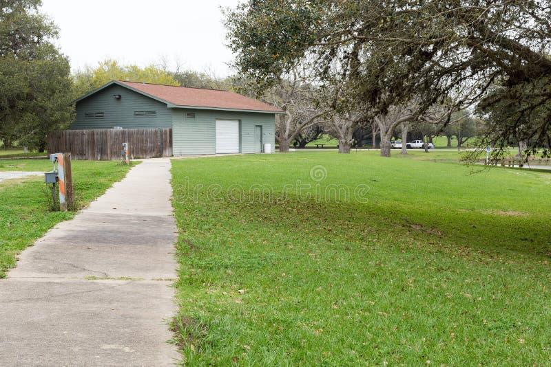 Chemin de parc au bâtiment bleu image libre de droits