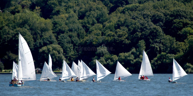 Chemin de petits bateaux à voiles images libres de droits