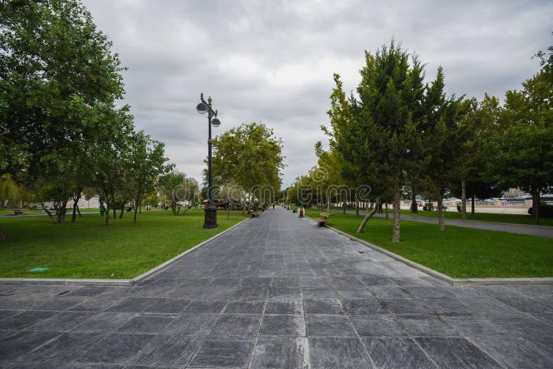 Chemin de pied sur le boulevard de Bakou photographie stock