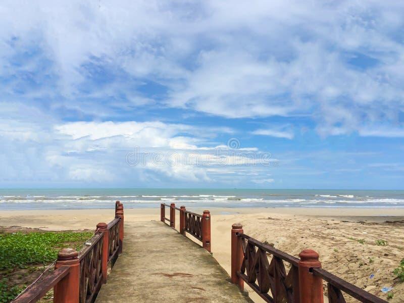 Chemin de pont en bois vers la mer photos libres de droits
