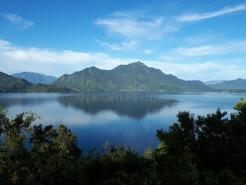Chemin de Siete Lagos, Chili - paysage avec la montagne reflétée au-dessus de l'eau image libre de droits