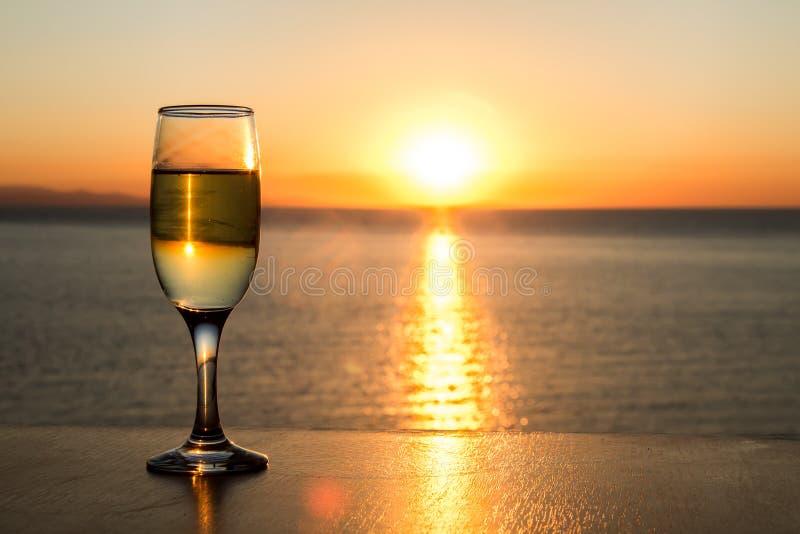 Chemin de Sun sur l'eau, après-midi, un, verre à vin simple photographie stock libre de droits