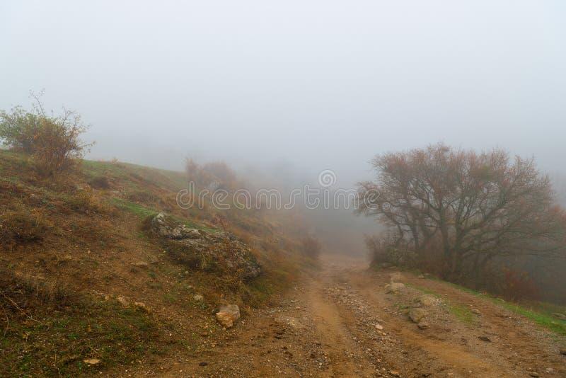 Chemin de terre à la montagne, paysage d'automne images stock