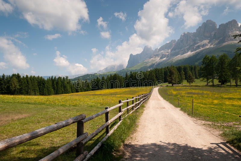 Chemin de terre au Tyrol du sud photo stock