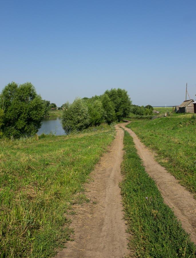 Chemin de terre dans le village photo stock