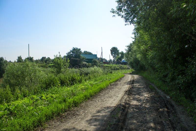 Chemin de terre dans le village photographie stock