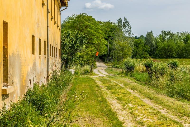 Chemin de terre de campagne et barrière en bois photos libres de droits