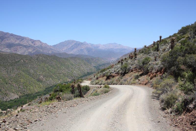 Chemin de terre en montagne photographie stock libre de droits