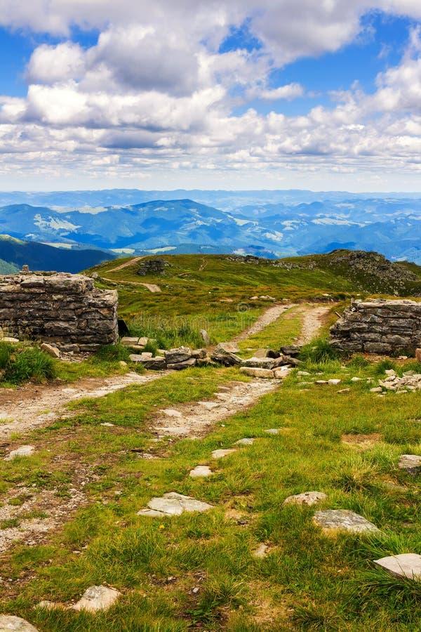 Chemin de terre et ruine du mur en pierre sur le dessus de la montagne de Pip Ivan dans Carpathiens, paysage de nature, Ukraine photos libres de droits