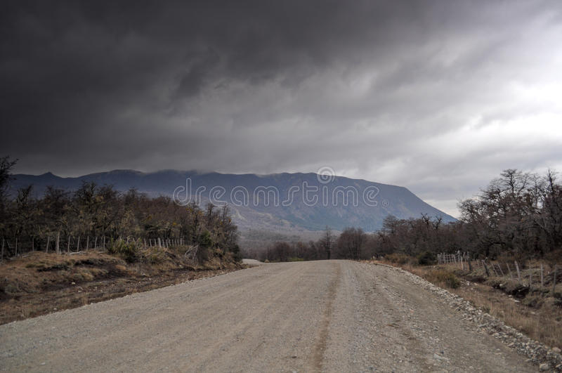 Chemin de terre et tempête en visibilité directe les Andes de San Martin De image stock
