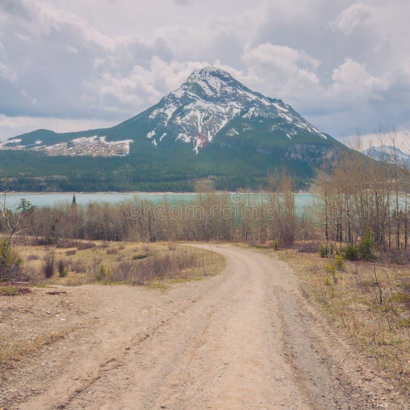 Chemin de terre menant au lac et au bâti Baldy barrier image libre de droits
