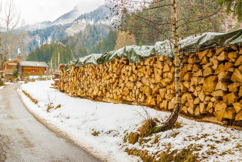Chemin de terre de montagne photographie stock libre de droits
