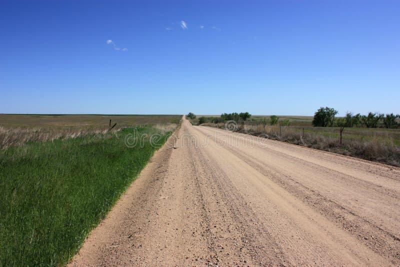 Chemin de terre par une zone rurale photos stock