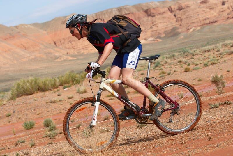 Chemin de vélo en montagnes de désert photo stock