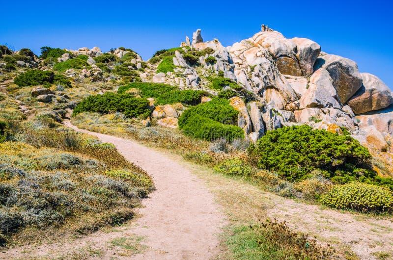 Chemin de Walky entre les formations de roche bizarres de granit dans le Testa de capo, Sardaigne, Italie image libre de droits