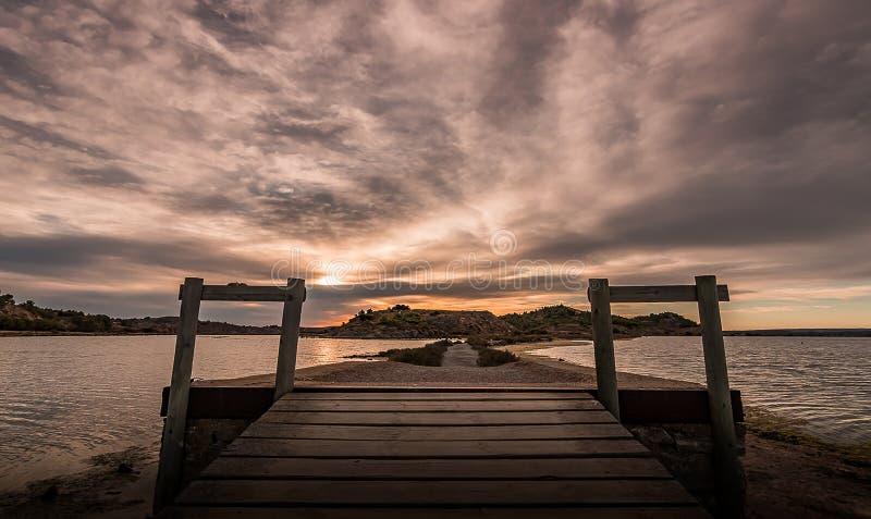 Chemin des étangs de peyriac de la mer images stock