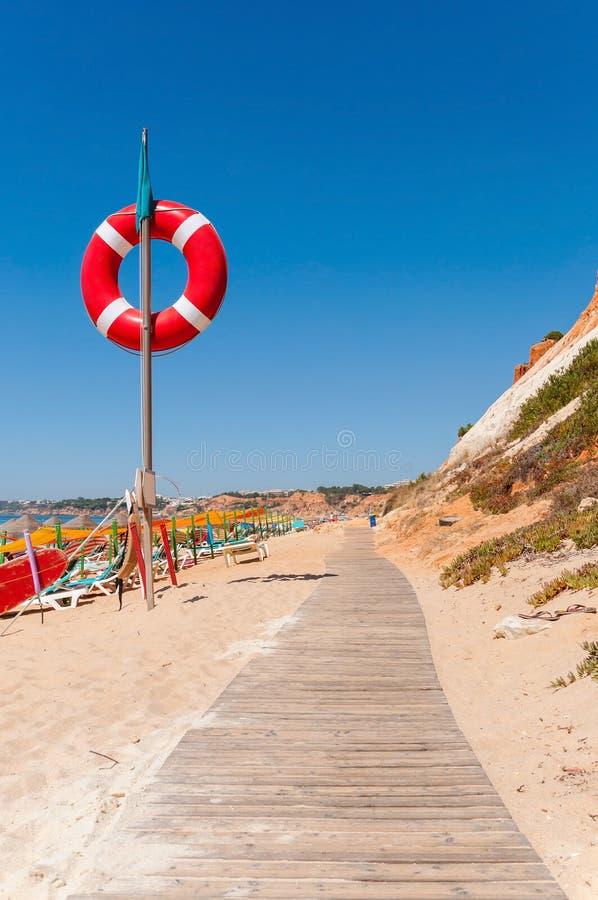 Chemin en bois à la plage de Falesia au Portugal image stock