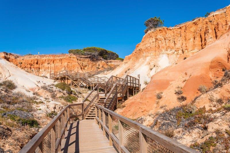 Chemin en bois à la plage de Falesia au Portugal photographie stock