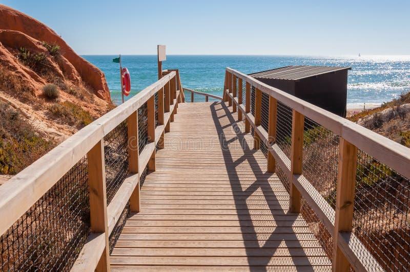 Chemin en bois à la plage de Falesia au Portugal photos libres de droits